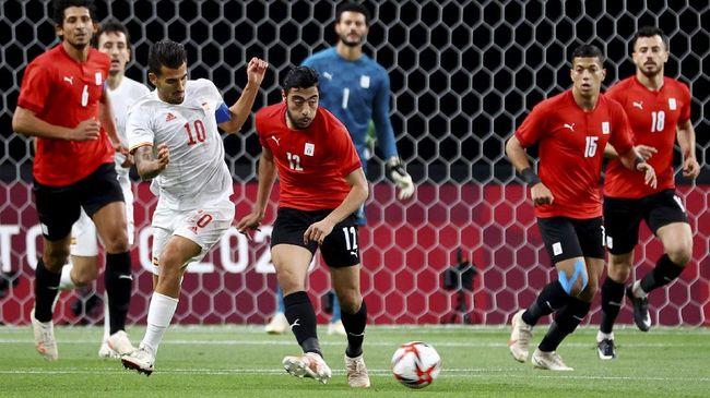 Gelandang Spanyol, Dani Ceballos, mengalami pembengkakan di bagian engkel akibat diinjak pemain Mesir, Taher Mohamed di laga fase grup Olimpiade Tokyo 2020.