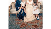 <p>Pada 23 April 2018, Kate Middleton kembali melahirkan bayi laki-laki. Ini adalah potret ketika mereka menyambut kelahiran Pangeran Louis. George terlihat sangat bahagia ketika duduk di pangkuan sang ayah menyambut adik bungsunya. (Foto: Instagram: @dukeandduchessofcambridge)</p>