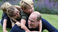 <p>Kini tumbuh besar, Pangeran George menjadi kakak yang hebat bagi Charlotte dan Louis. Ia kerap bermain dengan kedua adiknya di taman kerajaan. Lihat saja potret ketika mereka berguling-gulingan bersama Pangeran William. Aktif banget ya, Bunda? (Foto: Instagram: @dukeandduchessofcambridge)</p>