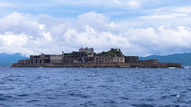Penampakan hantu, hewan buas sampai ombak yang ganas melahirkan banyak kisah misteri dari Pulau Hashima.