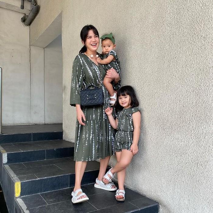 Selain sering terlihat kompak bersama sang anak dalam hal fashion, Alice Norin rupanya juga diketahui membuka usaha clothing line untuk anak. (foto:instagram/alicenorin)