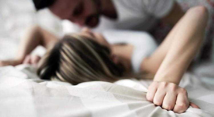 Dibandingkan pria, tanda wanita orgasme lebih bervariasi dan bisa berbeda-beda pada tiap orang. Tapi ada beberapa gejala umum yang bisa ditandai. Apa saja?