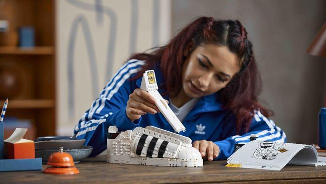 Lego membuat koleksi ikonik sepatu adidas superstar 10282 sesuai ukuran sepatu aslinya.