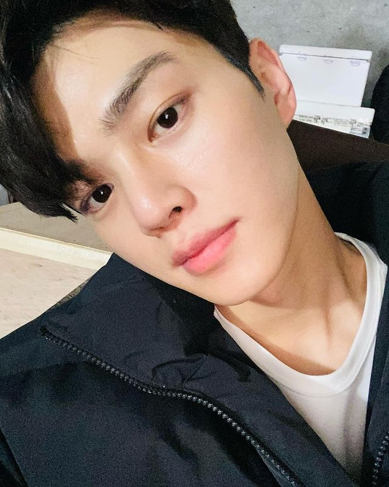Nama Song Kang tengah santer disebut-sebut karena aktingnya yang memukau. Yuk kita intip potret selfienya!