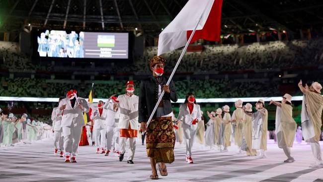 FOTO: Rio Waida Kibarkan Merah Putih di Pembukaan Olimpiade