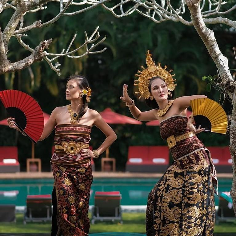 Luna Maya baru-baru ini mengunggah fotonya memakai baju adat bali. Yuk kita intip pesonanya dalam balutan busana Bali!