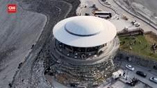 VIDEO: Lounge Berbentuk UFO Dibangun Di Puncak Pegunungan