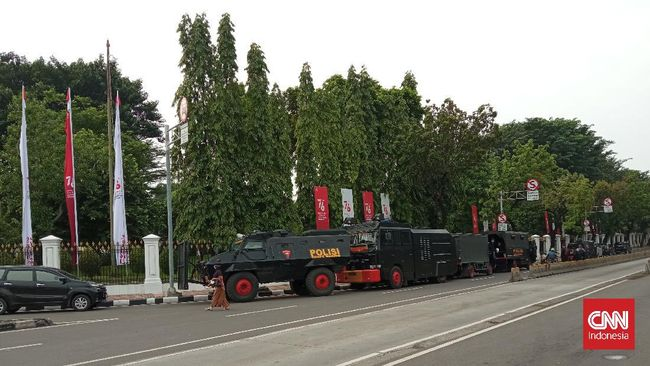 Kepolisian mengamankan sejumlah pemuda di sekitar Patung Kuda Arjuna Wiwaha, Jakarta, menjelang demo bertajuk Jokowi End Game yang rencananya digelar hari ini.