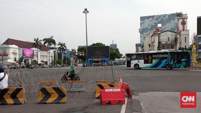 Polisi menutup beberapa akses jalan di sekitar Monas dan Harmoni dengan barier, mengantisipasi demonstrasi 'Jokowi End Game' yang rencananya digelar hari ini.