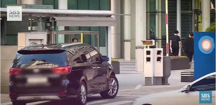 BTS tiba di gedung SBS dengan pengawalan ketat oleh pihak pengamanan.(foto:youtube/SBSnews)