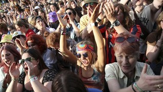 FOTO: Sorak-sorai Warga Inggris ke Konser Berbekal Vaksin