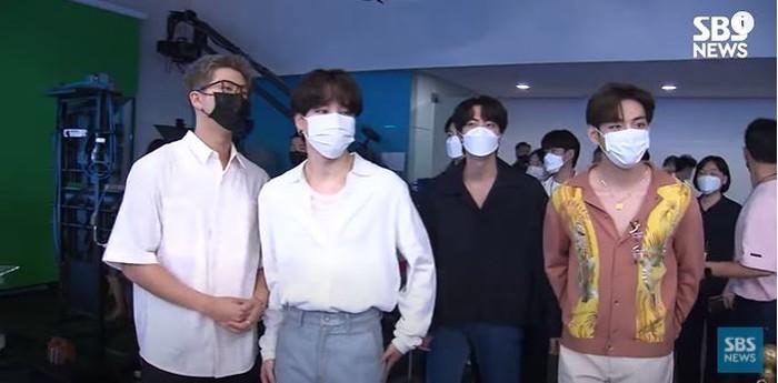 Kedatangan mereka disambut hangat, mereka juga mengikuti protokol kesehatan ketika memasuki gedung SBS. (foto:youtube/SBSnews)