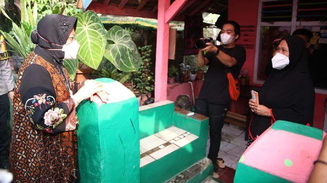Menteri Sosial Tri Rismaharini melanjutkan pengecekan penyaluran bantuan sosial (bansos) ke Purwakarta pada Jumat (23/7).