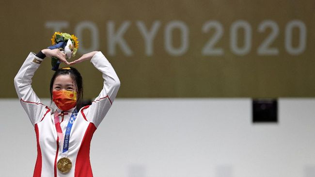 Penembak asal China, Yang Qian, menjadi peraih medali emas pertama Olimpiade Tokyo 2020 setelah menjadi juara pada nomor menembak 10 meter air rifle.