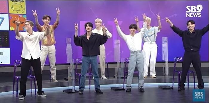 Pada akhir acara, mereka mengajak semuanya menari 'Permission To Dance' bersama-sama. (foto:youtube/SBSnews)
