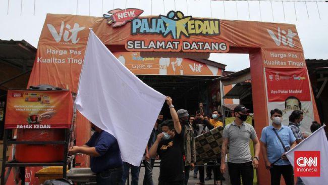 Bendera putih jadi simbol menyerah para pedagang kuliner di Medan pada PPKM di masa pandemi covid-19, bukan lantaran melawan pada pemerintah.