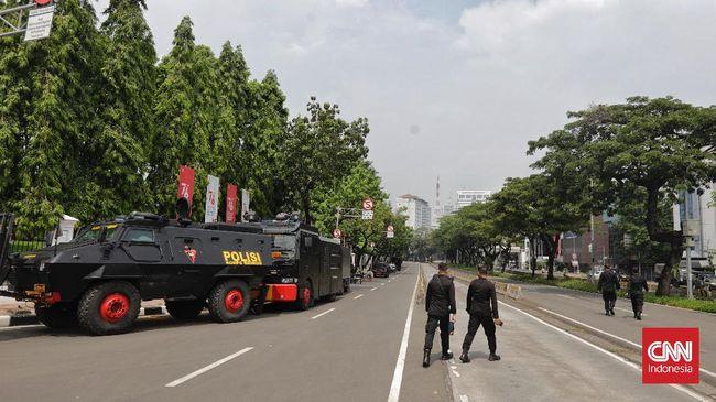 Sempat ramai di media sosial, rencana aksi 'Jokowi End Game' ternyata tak terwujud meski petugas sudah berjaga. Tak satupun massa datang di sekitar Istana.