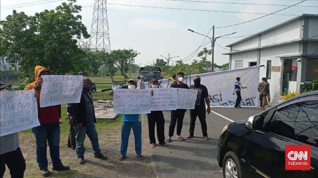Warga Surabaya menggelar demonstrasi menolak rencana Pemkot Surabaya menjadikan sejumlah gedung SD dan GOR sebagai tempat isolasi pasien Covid-19.