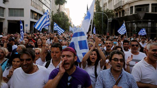 Demonstrasi menentang program wajib vaksin Covid-19 di Athena, Yunani, berujung ricuh.