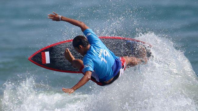 Peselancar Indonesia, Rio Waida lolos ke babak kedua setelah menempati posisi ketiga di babak pertama pada Surfing Olimpiade Tokyo 2020.