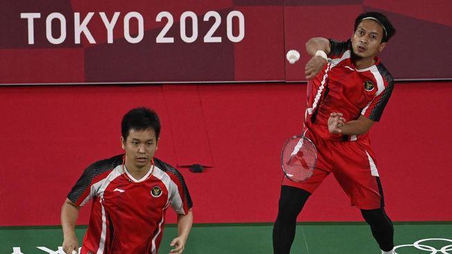 Mohammad Ahsan/Hendra Setiawan mengalahkan pasangan Malaysia, Aaron Chia/Soh Woi Yik, dengan skor 21-16 dan 21-19 pada laga Grup D Olimpiade Tokyo 2020
