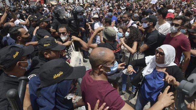 Bentrokan antar-pengunjuk rasa meletus di depan gedung parlemen Tunisia, sehari setelah Presiden Kais Saied memecat PM Hichem Mechichi