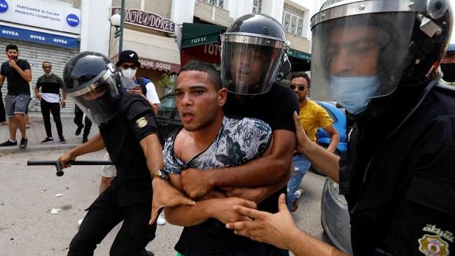 FOTO: Presiden Tunisia Pecat PM Buntut Demo Penanganan Covid