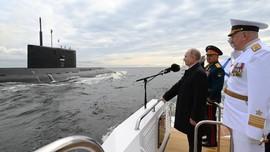 FOTO: Deretan Kapal Tempur Rusia di Hari Angkatan Laut