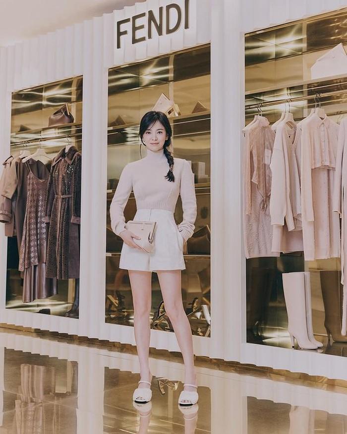 Dikutip dari Soompi, sosok seperti Song Hye Kyo memang yang dicari oleh Fendi. Itu karena ia merupakan ikon kecantikan generasi masa kini, yang menggambarkan kelembutan, kekuatan dan kepercayaan diri yang tinggi. /foto:instagram/dazedkorea