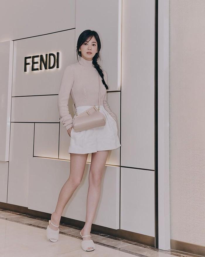 Di usianya yang kini menginjak 41 tahun, Hye Kyo memancarkan kecantikannya dan semakin terlihat awet muda. Dengan outfit nude yang ia kenakan, menambah tampilannya yang elegan. /foto:instagram/dazedkorea