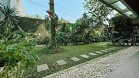 <p>Dengan beragam tanaman hias yang ia urus tersebut, tempat tinggalnya terlihat amat indah sekaligus asri. Bagaimana menurut Bunda? (Foto: Instagram @ersamayori)</p>