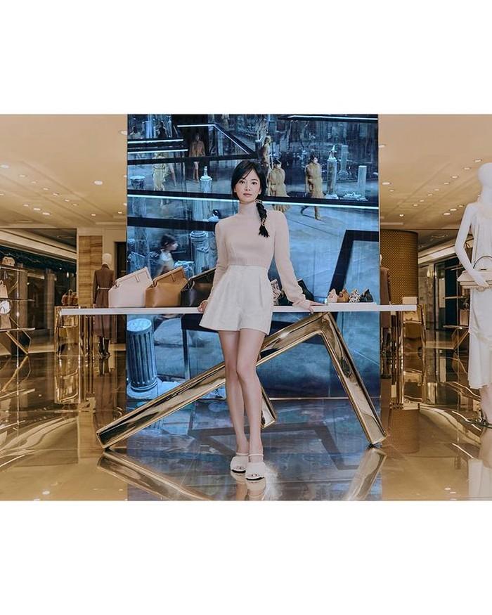 Ia dipercaya sebagai artis Korea pertama yang menjadi brand ambassador brand mewah Fendi. /foto:instagram/dazedkorea
