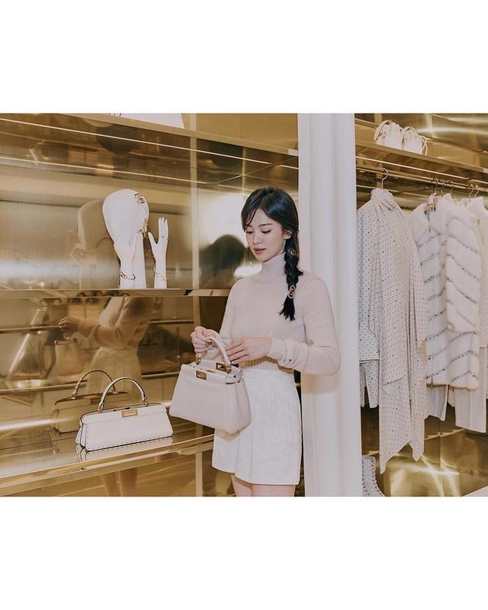 Ia memamerkan koleksi tas dari Fendi yang senada dengan outfit-nya. Di tengah kesibukan syuting drama terbarunya bersama Jang Ki Yong, ia menyempatkan untuk datang kestore sebagai pengunjung pertama. /foto:instagram/dazedkorea
