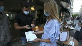 FOTO: Kini Makan di Resto di Prancis Harus Bawa Kartu Vaksin