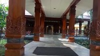 <p>Selasar yang menghubungkan antara ruangan makam dan masjid juga terlihat terawat dengan lantai marmer dan tiang kayu penuh ukiran. (Foto: YouTube Titiek Soeharto)</p>