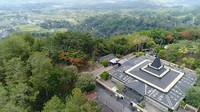 <p>Area tersebut dibangun di kaki Gunung Lawu, Bunda. Tepatnya di atas bukit setinggi 60 meter di atas permukaan laut. Arsitekturnya sangat kental dengan rumah adat khas Jawa Tengah. (Foto: YouTube Titiek Soeharto)</p>