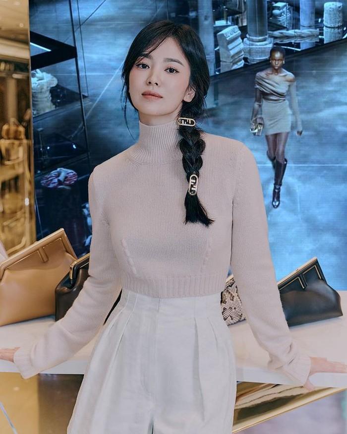 Mengenakan short pants berwarna putih dan turtle neck berwarna krem. Meskipun terlihat sederhana dengan rambut dikepang satu, tapi Hye Kyo terlihat tetap menawanya, Beauties. /foto:instagram/dazedkorea