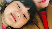 <p>Ia kini memiliki seorang cucu cantik bernama Shaakila. Nia dan Shaakila sangat dekat, Bunda. Mereka bahkan kerap membagikan kegiatan bersama, lho. (Foto: Instagram: @niadaniatynew)</p>