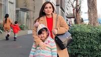 <p>Pada 2019 lalu, Nia Daniaty dan Shaakila menyempatkan berlibur ke Tokyo, Jepang, Bunda. Saat itu, udara di Tokyo sedang dingin sehingga keduanya mengenakan mantel tebal. (Foto: Instagram: @niadaniatynew)</p>