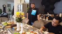 <p>Jordi Onsu biasa menyajikan makanan yang dimasaknya untuk disantap bersama di ruang makan. Ruangan itu cukup luas dan dapat menampung banyak anggota keluarga. (Foto: YouTube Ivan Gunawan)</p>