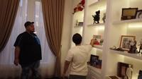 <p>Di rumah Jordi Onsu terdapat berbagai rak berukuran besar untuk menampung koleksi figur dan pernak-pernik Jordi Onsu. Di bagian kloset, ia bahkan menyimpan deretan sepatu mewah, Bunda. (Foto: YouTube Ivan Gunawan)</p>