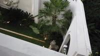 <p>Bagian halaman rumah Jordi Onsu terlihat asri dengan berbagai tanaman hijau. Taman dibuat sangat minimalis dengan nuansa ketimuran. Terdapat patung-patung serta tanaman pakis yang menambah estetika. (Foto: YouTube Ivan Gunawan)</p>