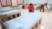 Gedung Isolasi di Surabaya Pakai Tempat Tidur dari Kardus