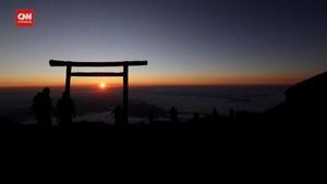 VIDEO: Gunung Fuji Dibuka, Pendaki Buru Momen Matahari Terbit