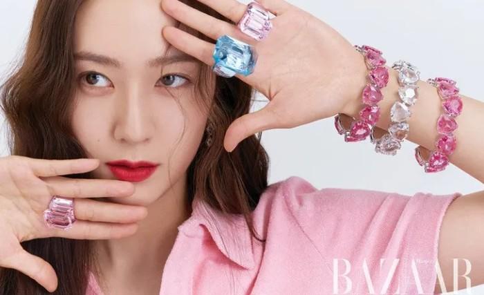 Tidak hanya krtystal warna bening,perempuan cantik ini juga memamerkan rangkaian perhiasan Swarovski lainnya dengan berbagai warna pastel. Mempunyai aura dingin, mantan idol K-Pop ini tampak cocok dengan konsep dandanan yang ceria.(Foto: harpersbazaar.co.kr)