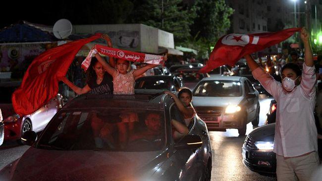 Kondisi politik Tunisia bergejolak, Presiden membekukan parlemen dan memecat Perdana Menteri akibat protes warga yang mengaggap tak becus tangani Covid-19.