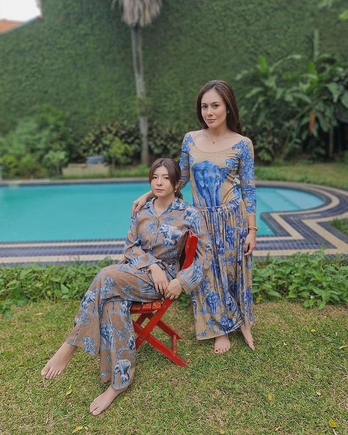 Wulan Guritno dan putri pertamanya Shalom memang terlihat seperti adik dan kakak ya. Mereka terlihat begitu kompak mengenakan dressdengan warna senada. /Foto:instagram/wulanguritno