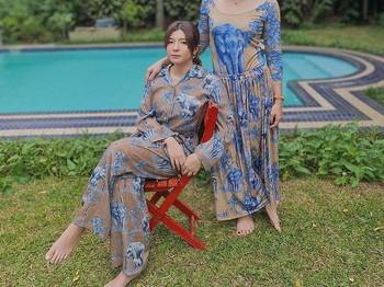 Sophia Latjuba dan Eva Celia adalah pasangan ibu dan anak hits dan kompak! They look stunning with black outfit. /foto:instagram/sophia_latjuba88)