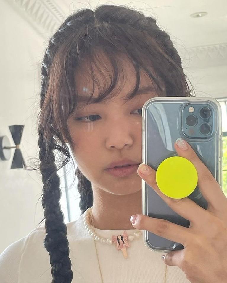 Jennie BLACKPINK kerap mengubah gaya rambutnya salah satunya rambut dikepang. Yuk intip!