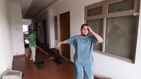 <p>Berikut tampilan koridor kostannya, Bunda. Terlihat bersih dan rapi, ya? (Foto: YouTube: ITIKK Family)</p>